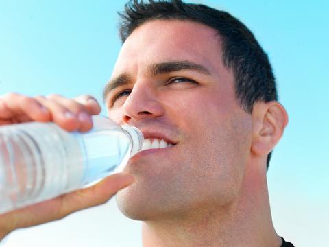Olvida las dietas milagro y no te deshidrates